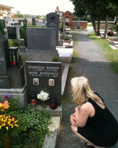 Pip Faulks at Bardon's Gravesite 2010